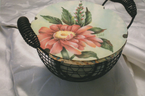 jr-gerber-daisy-on-basket-lid-10181026sm.jpg